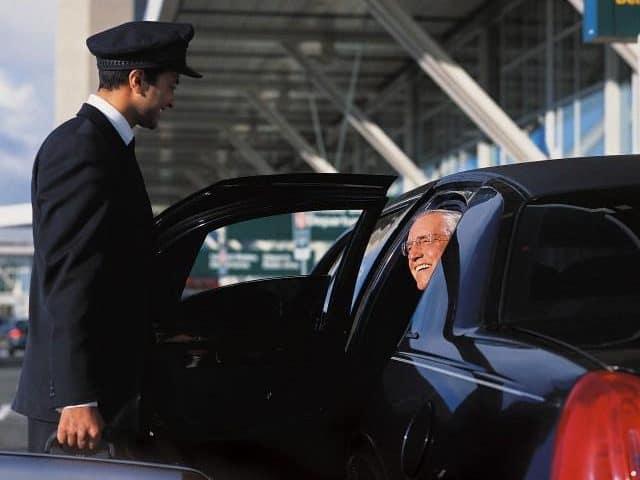 لماذا عليك حجز سيارة ليموزين المطار قبل السفر؟!